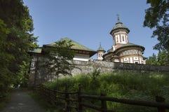Μοναστήρι Sinaia που βλέπει από μια πίσω αλέα ατμόσφαιρα ειρηνική στοκ φωτογραφία με δικαίωμα ελεύθερης χρήσης
