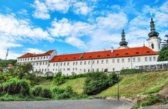 Μοναστήρι Strahov στην Πράγα ενάντια στο μπλε ουρανό Στοκ εικόνα με δικαίωμα ελεύθερης χρήσης