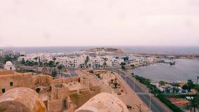 Μοναστίρ, Τυνησία - 7 Ιουνίου 2018: Όμορφοι θαλάσσιος λιμένας τοπίων άνωθεν και κυκλοφορία αυτοκινήτων στο δρόμο πόλεων Κτήρια πό απόθεμα βίντεο
