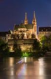 Μοναστηριακός ναός της Βασιλείας πέρα από το Ρήνο τή νύχτα Στοκ Φωτογραφία