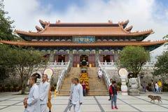 Μοναχοί και τουρίστες στο Po Lin μοναστήρι Στοκ φωτογραφίες με δικαίωμα ελεύθερης χρήσης