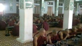 Μοναχοί κατά τη διάρκεια του μεσημεριανού γεύματος στο μοναστήρι Kalaywa Tawya σε Yangon φιλμ μικρού μήκους