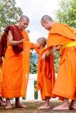Μοναχοί ντυμένοι στους αρχαρίους Στοκ Φωτογραφίες