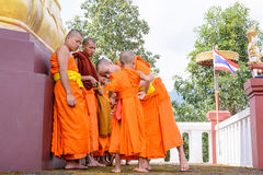 Μοναχοί ντυμένοι στους αρχαρίους Στοκ Εικόνες