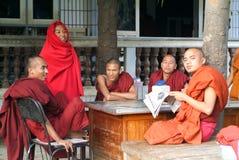 Μοναχοί που διαβάζουν τα newsparers στο Shwe στο μοναστήρι Kyaung δοχείων Στοκ Εικόνες