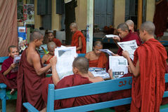 Μοναχοί που διαβάζουν τα newsparers στο Shwe στο μοναστήρι Kyaung δοχείων Στοκ Φωτογραφία