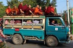 Μοναχοί σε ένα φορτηγό στοκ εικόνες