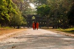 Μοναχοί σε Angkor Wat Στοκ Εικόνες
