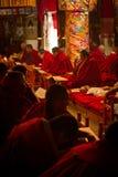 Μοναχοί στο μοναστήρι Lhasa Θιβέτ Drepung στοκ φωτογραφία