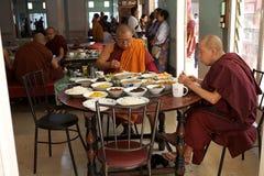 Μοναχοί στο μοναστήρι Mahagandayon σε Amarapura το Μιανμάρ Στοκ Εικόνες