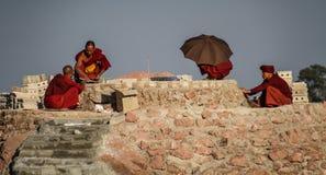Μοναχοί Bhuddist που χτίζουν έναν ναό monastry, λίμνη Kalaw Inle οδοιπορικού, κράτος της Shan, το Μιανμάρ Στοκ φωτογραφία με δικαίωμα ελεύθερης χρήσης