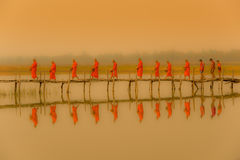 Μοναχοί Buddist που βαδίζουν για να επιδιώξει τις ελεημοσύνες το πρωί με το fofoggy envi Στοκ φωτογραφία με δικαίωμα ελεύθερης χρήσης
