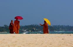 Μοναχοί Unawatuna και κινητά τηλέφωνα Στοκ εικόνα με δικαίωμα ελεύθερης χρήσης