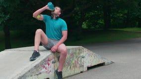 ΜΟΝΑΧΟ, ΓΕΡΜΑΝΙΑ - 11 Ιουλίου 2018 σανίδα ατόμων ικανότητας workout που εκπαιδεύει στο πάρκο υπαίθρια απόθεμα βίντεο