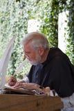 Μοναχός γραφέων που γράφει με το καλάμι του στοκ φωτογραφία με δικαίωμα ελεύθερης χρήσης