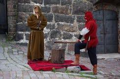 Μοναχός και executioner Στοκ φωτογραφία με δικαίωμα ελεύθερης χρήσης