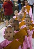 Μοναχός μικρών κοριτσιών σε μια σειρά Στοκ φωτογραφίες με δικαίωμα ελεύθερης χρήσης
