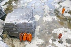 Μοναχός που επισκέπτεται τον καταρράκτη Kep κοντά σε Kep στην Καμπότζη Στοκ φωτογραφία με δικαίωμα ελεύθερης χρήσης