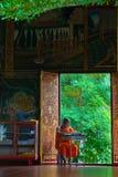 μοναχός που μελετά το ναό Στοκ φωτογραφία με δικαίωμα ελεύθερης χρήσης