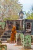 Μοναχός που περπατά στην προσευχή μεταξύ των ναών του sukhothai Ταϊλάνδη στοκ εικόνα