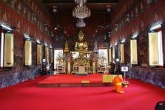 Μοναχός που προσεύχεται σε Wat Saket, Μπανγκόκ, Ταϊλάνδη, Ασία Στοκ Φωτογραφίες