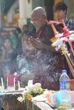 Μοναχός που προσεύχεται στην παγόδα Shwedagon | Yangon, το Μιανμάρ Στοκ εικόνα με δικαίωμα ελεύθερης χρήσης