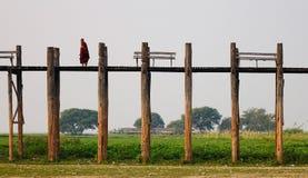 Μοναχός στη γέφυρα Ubein στο Mandalay Στοκ Εικόνες