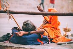 μοναχός στη φωτεινή πορτοκαλιά στήριξη ιματισμού στοκ φωτογραφία με δικαίωμα ελεύθερης χρήσης