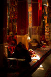 Μοναχός στον ήλιο του μοναστηριού Lhasa Θιβέτ Drepung Στοκ φωτογραφία με δικαίωμα ελεύθερης χρήσης
