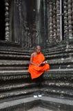 Μοναχός meditates στο ναό Angkor Wat Στοκ Εικόνα