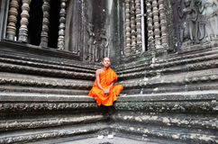 Μοναχός meditates στο ναό Angkor Wat Στοκ Φωτογραφίες