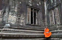 Μοναχός meditates στο ναό Angkor Wat Στοκ Φωτογραφία