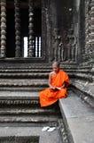 Μοναχός meditates στο ναό Angkor Wat Στοκ φωτογραφία με δικαίωμα ελεύθερης χρήσης