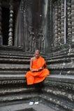 Μοναχός meditates στο ναό Angkor Wat Στοκ Εικόνες