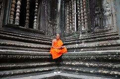Μοναχός meditates στο ναό Angkor Wat Στοκ φωτογραφίες με δικαίωμα ελεύθερης χρήσης