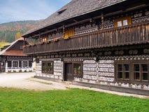 Μοναδικά λαϊκά σπίτια σε Cicmany, Σλοβακία Στοκ φωτογραφία με δικαίωμα ελεύθερης χρήσης