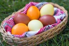 Μοναδικά χρωματισμένα χέρι αυγά Πάσχας στο καλάθι στη χλόη Στοκ φωτογραφίες με δικαίωμα ελεύθερης χρήσης