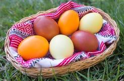 Μοναδικά χρωματισμένα χέρι αυγά Πάσχας στο καλάθι στη χλόη Στοκ εικόνες με δικαίωμα ελεύθερης χρήσης