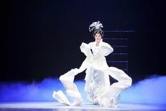 Μοναδικό μακρύ μανίκι-Jiangxi OperaBlue παλτό techniqueï ¼ šThe Στοκ φωτογραφίες με δικαίωμα ελεύθερης χρήσης