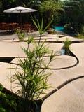 Μοναδικό σχέδιο patio, πλάκες πετρών πέρα από το νερό Στοκ εικόνες με δικαίωμα ελεύθερης χρήσης