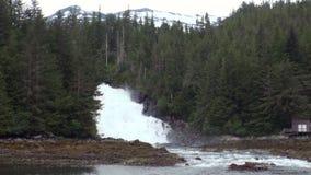 Μοναδικό τοπίο του υποβάθρου καταρρακτών ποταμών βουνών του νερού στην Αλάσκα απόθεμα βίντεο