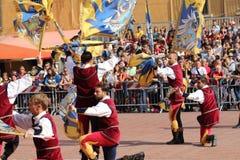 Μονομαχία χρυσή Ο ανταγωνισμός μεταξύ της σημαίας διστάζει Στοκ εικόνες με δικαίωμα ελεύθερης χρήσης