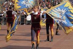 Μονομαχία χρυσή Ο ανταγωνισμός μεταξύ της σημαίας διστάζει Στοκ Φωτογραφία