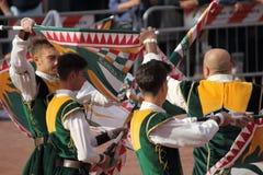 Μονομαχία χρυσή Ο ανταγωνισμός μεταξύ της σημαίας διστάζει Στοκ Εικόνα