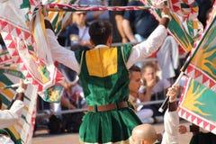Μονομαχία χρυσή Ο ανταγωνισμός μεταξύ της σημαίας διστάζει Στοκ Εικόνες