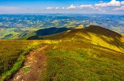 Μονοπάτι κάτω από το λόφο μέσω της κορυφογραμμής βουνών Στοκ εικόνες με δικαίωμα ελεύθερης χρήσης
