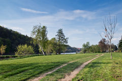 Μονοπάτι κατά μήκος του ποταμού Στοκ εικόνες με δικαίωμα ελεύθερης χρήσης