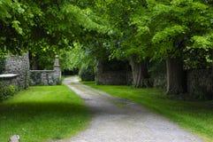 Μονοπάτι μέσω ενός πάρκου Στοκ φωτογραφία με δικαίωμα ελεύθερης χρήσης