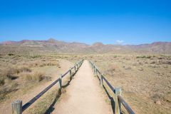 Μονοπάτι μεταξύ των ξύλινων ραμπών για να προστατεύσει τη φύση του φυσικού πάρκου Cabo de Gata στην Αλμερία στοκ εικόνα