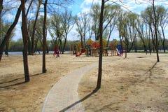 Μονοπάτι που οδηγεί στην παιδαριώδη παιδική χαρά στο πάρκο πόλεων Σύγχρονη παιδική χαρά για τα παιδιά Στοκ Εικόνες